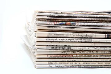 Zeitungen auf weissem Hintergrund