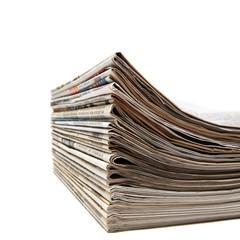 Zeitungsstapel auf weissem Hintergrund