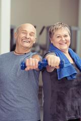 senioren-paar trainiert zusammen mit kleinen hanteln