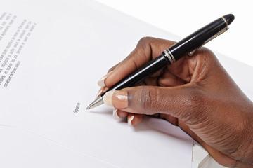 femme noire signant contrat