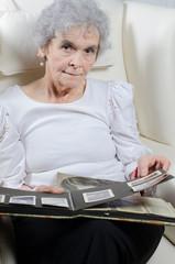 alte Frau schaut sich Fotoalbum an