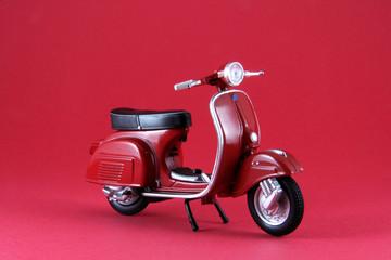 Scooter antíguo rojo aislado en rojo
