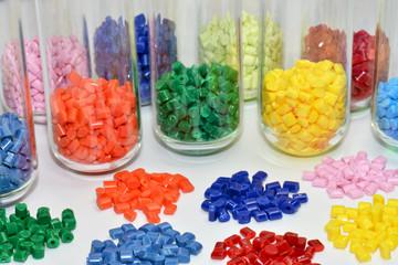 gefärbte Polymer Granulate im Farblabor