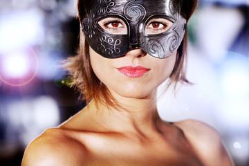 Retrato de mujer hermosa y misteriosa con máscara de carnaval