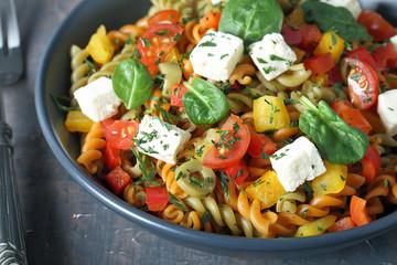 pasta italiana fusilli colorati con verdure e pomodori
