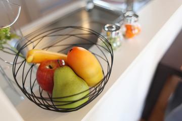 住まいのキッチン イメージ  対面式キッチンに置かれた果物