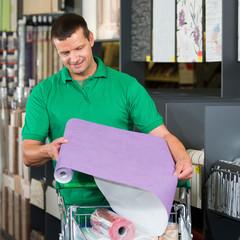 heimwerker sucht passende tapeten aus