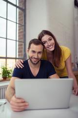 glückliches junges paar surft im internet