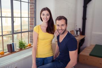 glückliches paar in ihrer loft-wohnung