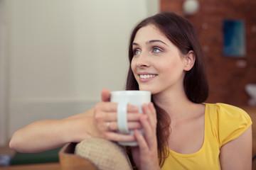 entspannte frau genießt eine tasse kaffee