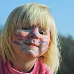 junges Mädchen ist stolz auf geschminktes Gesicht