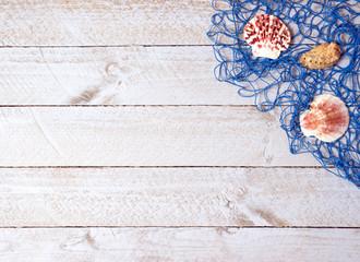 Muscheln und Fischernetz auf Holz Hintergrund