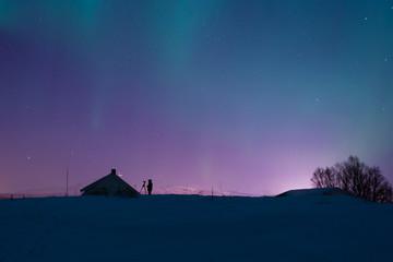 Silhouette eines Polarlicht Fotograf in der Nacht