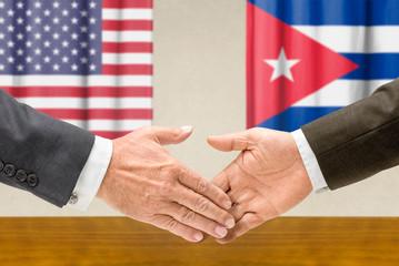 Vertreter der USA und Kubas reichen sich die Hand