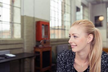 junge blonde frau in loft-wohnung
