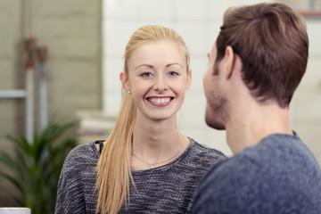 lächelnde blonde frau mit ihrem freund