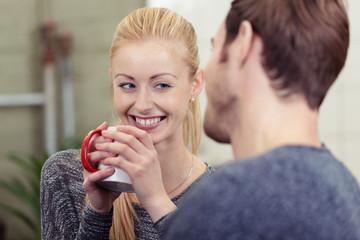 frau mit einer tasse kaffee unterhält sich mit ihrem freund