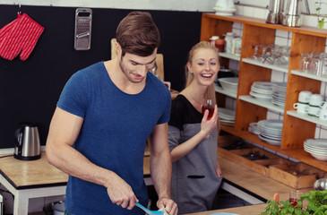 paar teilt sich die hausarbeit in der küche