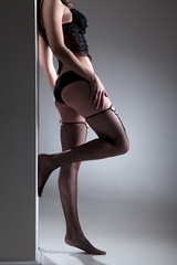 Sexy Frau in Dessous lehnt an Säule