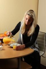 junge Frau beim Frühstück