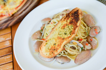 Spaghetti clams with garlic bread