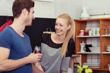 junges paar redet und trinkt rotwein in der küche