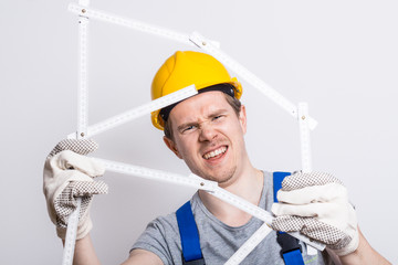 Bauarbeiter mit Zollstock