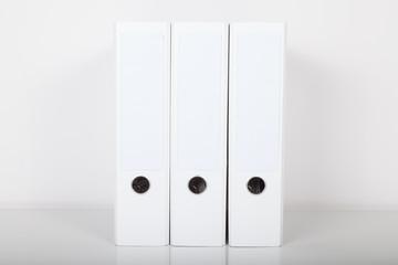 drei weiße aktenordner