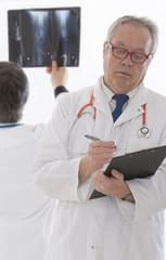 médecin examinant radios médicales.