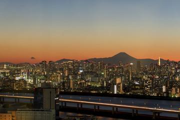 トワイライトの富士山と東京都心の高層ビル群