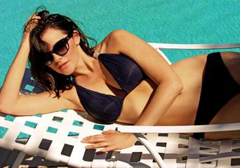 Obraz Beautiful woman in bikini swimsuit on the pool in Florida - fototapety do salonu