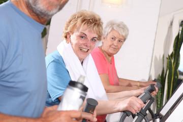 Seniorinnen auf dem Crosstrainer