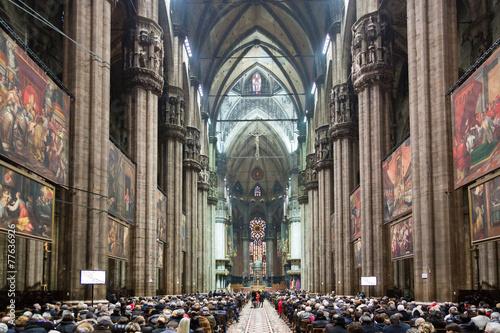 interno del duomo di milano durante la messa