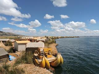Embarcación tradicional .Isla Los Huros. Lago Titicaca