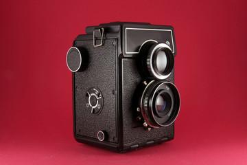 Cámara Fotográfica Antígua aislada en rojo