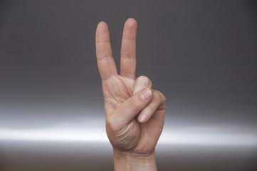 due dita in segno di vittoria