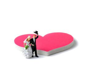 ピンクのハートマークと新婚夫婦