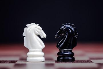 Zwei Schachfiguren stehen sich gegenüber