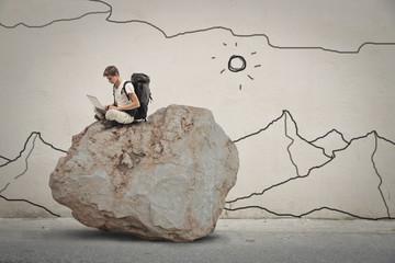 In de dag Fantasie Landschap Explorer sitting on top of a rock