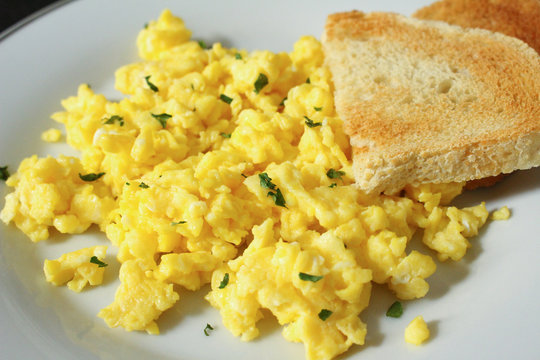 Scrambled eggs with toasted bread