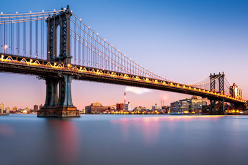 Fotomurales - Manhattan Bridge illuminated at dusk