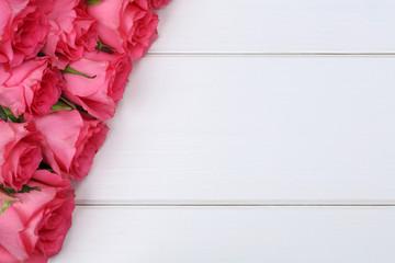 Rosen Blumen zum Valentinstag oder Muttertag auf Holzbrett