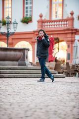 Männliches Model im grünen Pfalz Urban Lifestyle