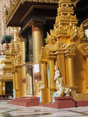 Shwedagon, estupa de oro en Yangon (Myanmar)