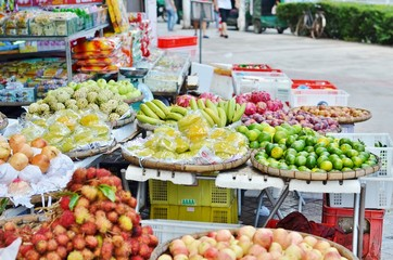 Trade exotic fruits in tropical China