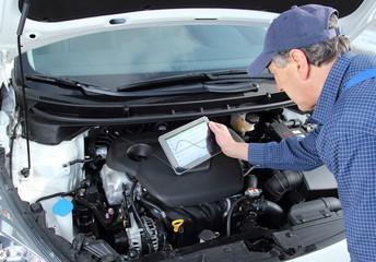 Automechaniker mit Tablet und Fahrzeug Analyse Software