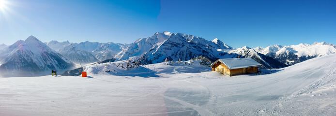 Winterpanorama mit Schifahrern und Schihütte Wall mural