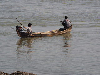 Pescador lanzando la red en Mingun (Myanmar)
