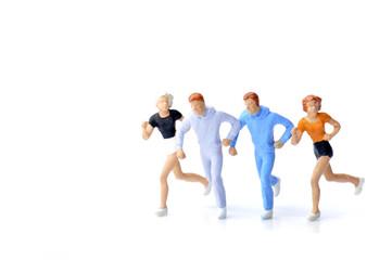 走っている人々