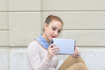 Giovane donna fotografa usando il tablet